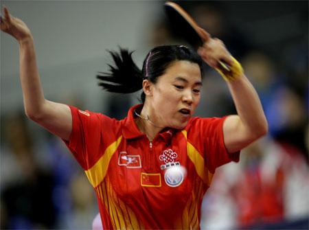 图文:中国女团3-0印度 王楠在比赛中