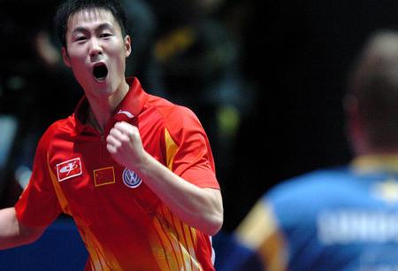图文:世乒赛中国男队完胜瑞典 王励勤胜对手