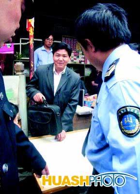 在西安市刘家庄,江湖游医(提包者)被卫生执法人员逮个正着图片