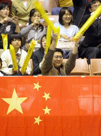 图文:2006汤尤杯开拍 五星红旗飘扬
