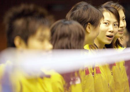 图文:2006汤尤杯开拍 中国女队比赛前入场