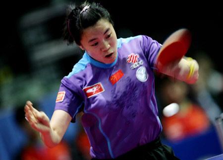 图文:中国3-0轻取朝鲜 王楠在比赛中发球