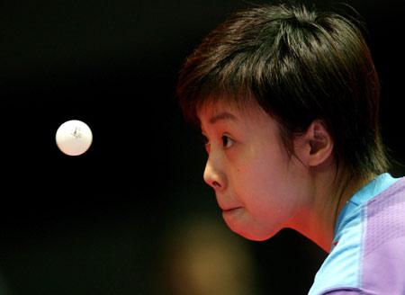 图文:中国3-0轻取朝鲜 张怡宁全神贯注