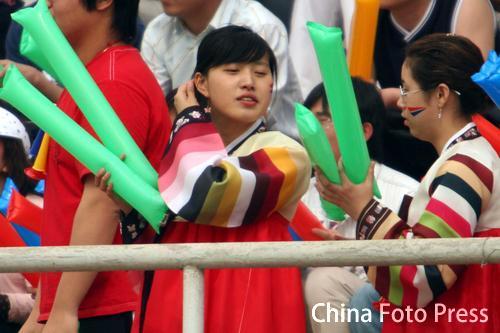 图文:中甲第六轮北京胜延边 延边美女球迷助阵
