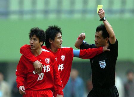 图文:青岛中能胜上海联城 祁红被出示黄牌
