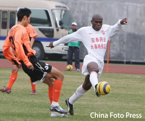 图文:长春亚泰2-0战胜武汉 亚泰后卫卡巴雷罗