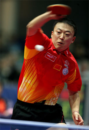 图文:中国3-0法国 马琳在比赛中惊险过关