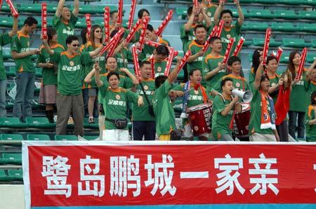 图文:厦门主场0-0平深圳 深圳球迷深圳队加油