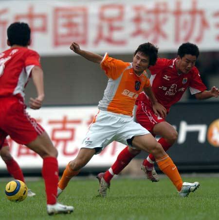 图文:厦门主场0-0平深圳 李毅在夹击中拼争