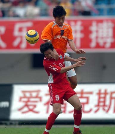 图文:厦门主场0-0平深圳 王宏伟与对手争头球