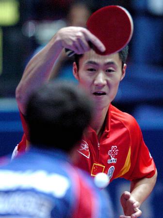 图文:中国淘汰法国进四强 王励勤在比赛中