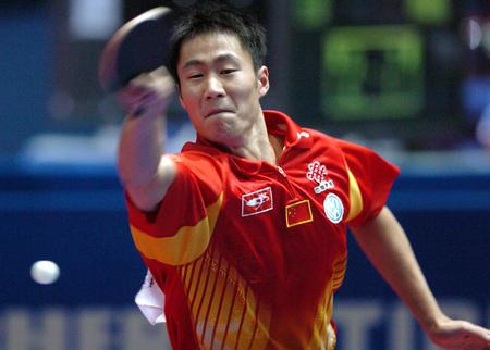 图文:中国淘汰法国进四强 王励勤挥拍击球