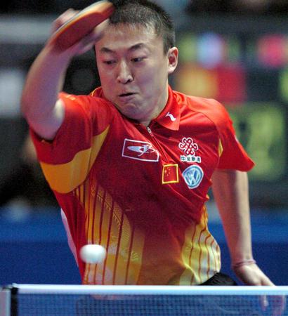 图文:中国淘汰法国进四强 马琳比赛中挥拍击球