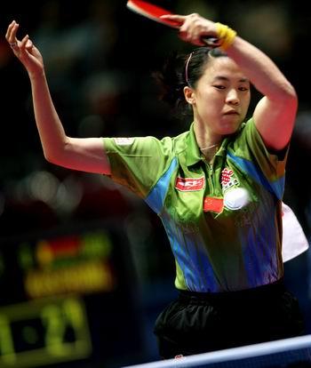 图文:女兵淘汰白俄罗斯进决赛 王楠正手拉弧圈