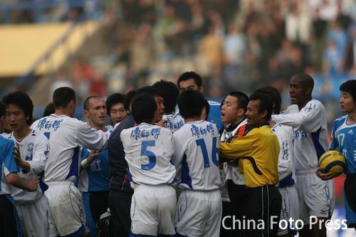 图文:大连2-1天津 比赛中双发队员发生冲突