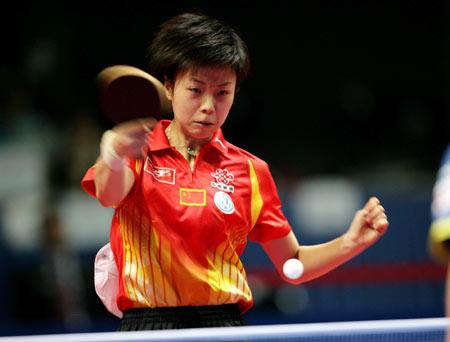 图文:女团中国VS中国香港 张怡宁在比赛中