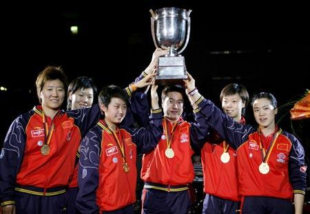 图文:中国女团实现七连冠 队员高举奖杯