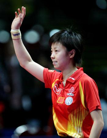 图文:中国女团获七连冠 张怡宁向观众致意