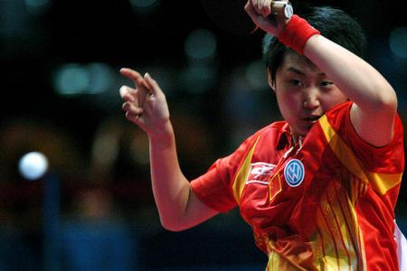 图文:中国夺得世乒赛女团冠军 郭跃回球