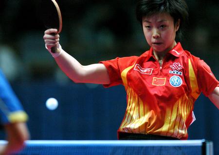 图文:中国夺世乒赛女团冠军 张怡宁回球