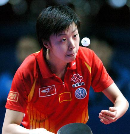 图文:中国夺世乒赛女团冠军 张怡宁比赛中回球