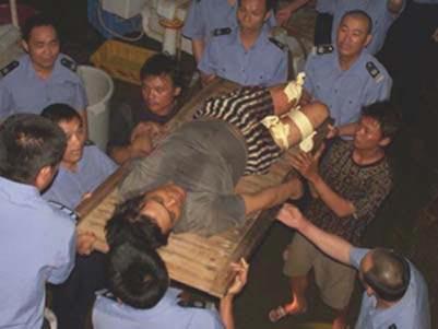 中国渔政紧急救援遭外国船只枪击的渔船(图)