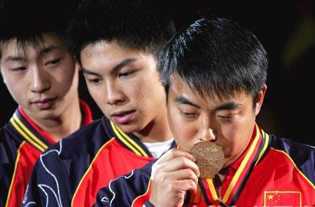 图文:中国蝉联男团冠军 刘国梁亲吻金牌