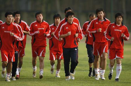 图文:国青香河集训备战土伦 国青队员轻松热身
