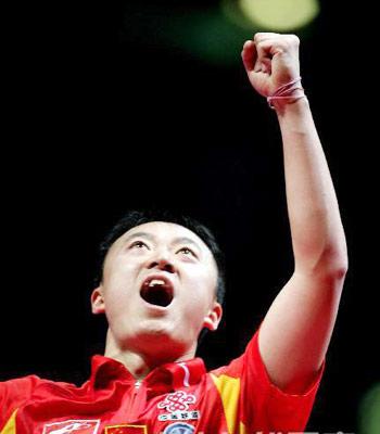 图文:中国蝉联男团冠军 马琳挥拳庆祝