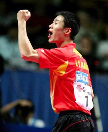 图文:中国蝉联男团冠军 王励勤力克对手兴奋不已