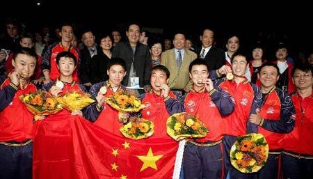 图文:中国蝉联男团桂冠 中国队全体合影