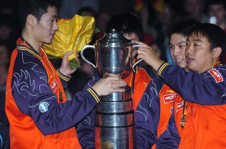 图文:中国捧斯韦思林杯 中国队兴奋捧杯
