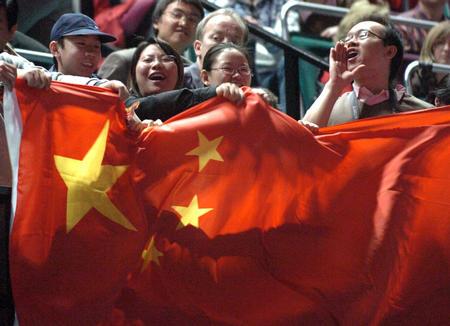 图文:中国捧斯韦思林杯 中国球迷在看台上