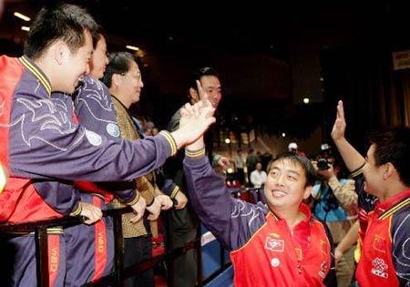 图文:中国蝉联男团冠军 刘国梁与队员击掌相庆