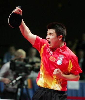 图文:中国蝉联男团冠军 王浩获胜怒吼