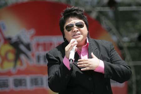 韩红高旗踏上朝阳音乐周舞台