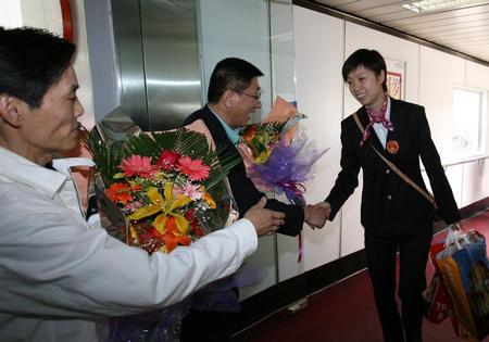 图文:国乒凯旋回国 张怡宁在机场接受祝贺
