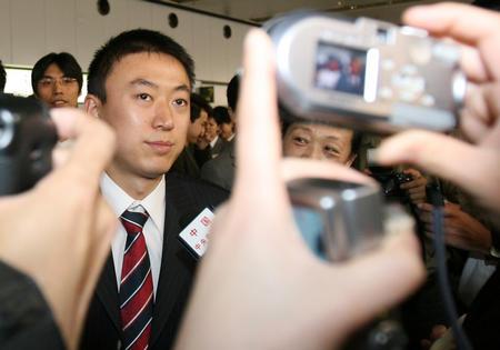 图文:国乒凯旋回国 马琳在机场接受记者采访