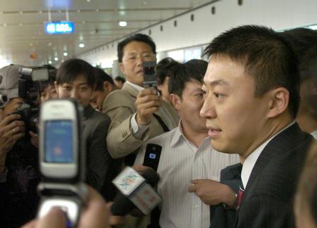 图文:国乒凯旋回国 马琳接受采访