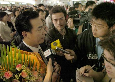 图文:国乒凯旋回国 蔡振华在机场接受采访