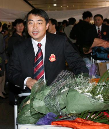 图文:国乒凯旋回国 刘国梁步出机场