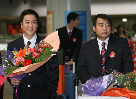 图文:国乒凯旋回国 刘国梁与施之皓步出机场