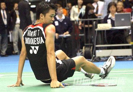 图文:汤姆斯杯印尼VS日本 陶菲克累爬下