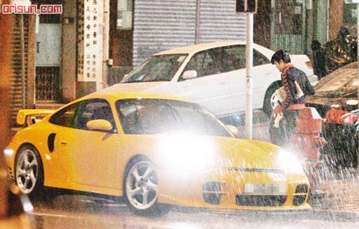 郭富城冒暴雨驾300万跑车外出 只为买报纸(图)