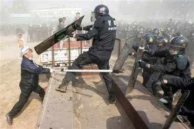 韩军警与反对扩建美军基地的群众发生冲突(图)
