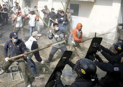 韩民众与军警冲突65人受伤(组图)