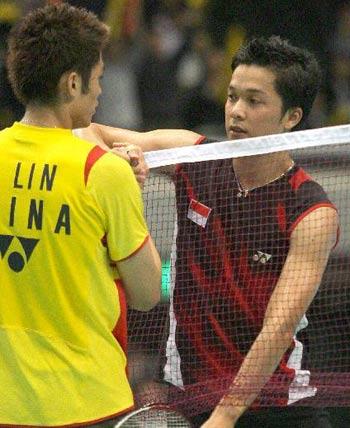 图文:中国进决赛 林丹和陶菲克赛后握手