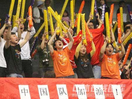 图文:中国战胜印尼进决赛 现场中国拉拉队