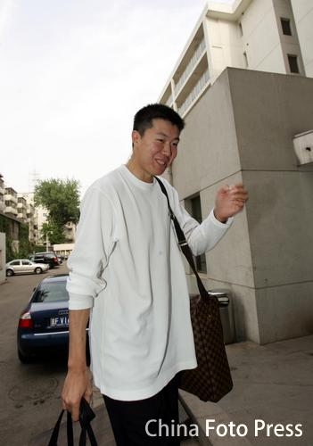 图文:男篮国家队天坛公寓报到 王治郅挥手致意