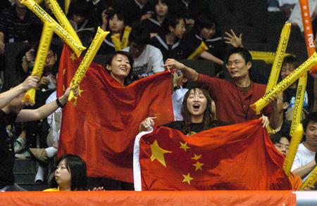 图文:中国胜印尼进决赛 球迷为中国队加油助阵
